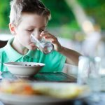 Causes of Drinking Water While Eating